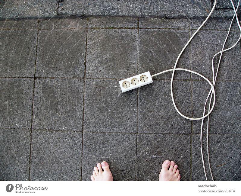 BARFUSS || Mensch Kraft Energiewirtschaft 3 Beton stehen Elektrizität Bodenbelag Kabel Kommunizieren Balkon Barfuß Zehen Steckdose Stecker Zusteller