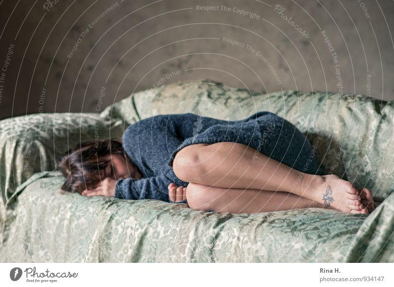 Schutz Mensch Jugendliche blau grün Junge Frau 18-30 Jahre kalt Erwachsene Wand Traurigkeit Gefühle Mauer Beine Fuß Stoff Tattoo