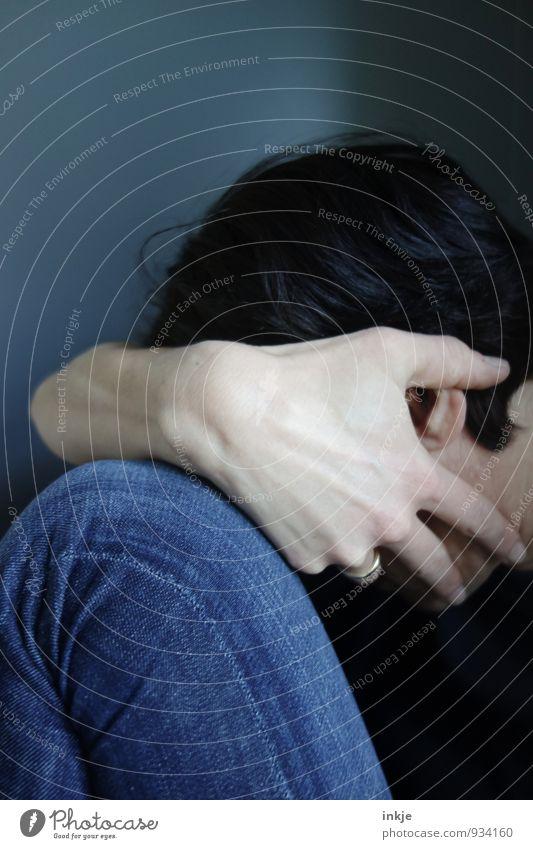 blue Lifestyle Stil Frau Erwachsene Leben Körper Hand Beine 1 Mensch 30-45 Jahre Jeanshose Traurigkeit blau Gefühle Stimmung Trauer Enttäuschung Einsamkeit