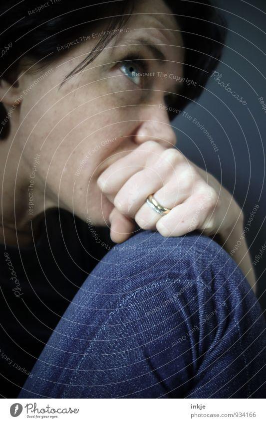 Nahaufnahme sorgenvolle Frau Lifestyle Stil Erwachsene Leben Gesicht Hand Beine 1 Mensch 30-45 Jahre Jeanshose Denken Traurigkeit blau Gefühle Hoffnung Sorge