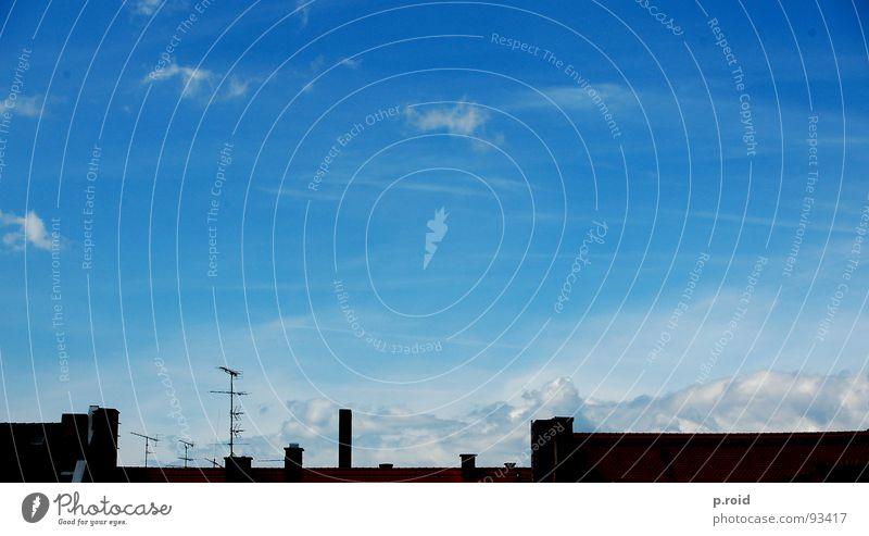 wolken und regen spielen. Himmel weiß blau Sommer Haus Schnee Dach Fernsehen Klarheit Backstein Skyline Top Schornstein Decke Antenne bedecken