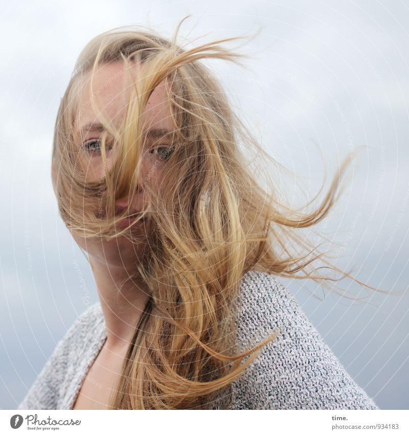 . feminin Junge Frau Jugendliche 1 Mensch Himmel Wetter Pullover blond langhaarig beobachten Blick Coolness rebellisch wild Kraft Willensstärke Mut Tatkraft