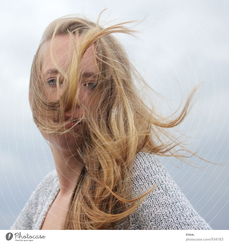 . Mensch Himmel Jugendliche schön Junge Frau ruhig feminin Wetter wild Kraft Wind blond beobachten Coolness Gelassenheit Vertrauen