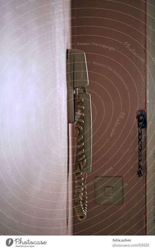 Wer da? Telefon Wand retro Apparatur Mikrofon Lichtschalter Türschloss Riegel Wohnung Haus Stadthaus Loft Siebziger Jahre Hochhaus Block Schrebergarten rosa