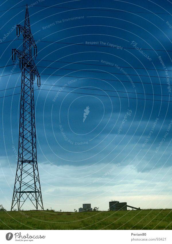 Energieübertragung Strommast Elektrizität grün Horizont Wolken Leitung Himmel Energiewirtschaft Landschaft blau Powerpole clouds blue landscape countryside