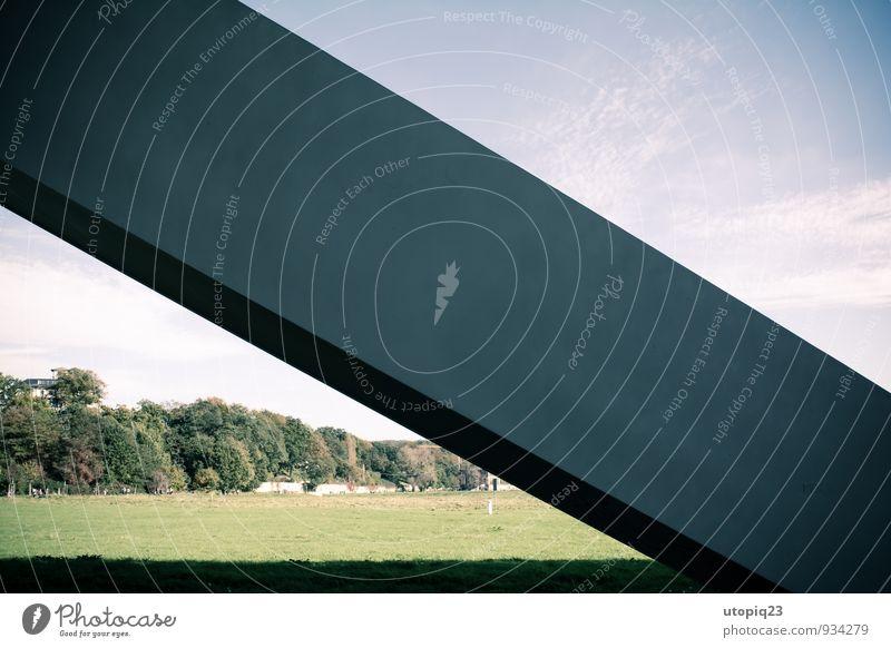 Kühner Brückenpfeiler gegen blauen Himmel und grünes Gras Dresden Geografie Länder Städte Architektur modern Fassade Wand Farbfoto Menschenleer Bauwerk 45° Baum