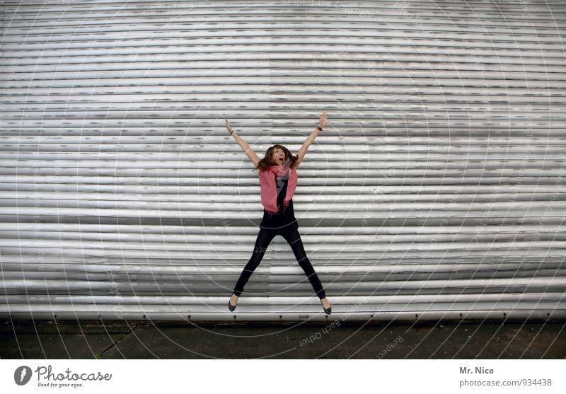 endlich weihnachten ! Lifestyle Fitness Sport-Training feminin Gebäude Mode Accessoire Schal brünett langhaarig springen trendy dünn grau rosa schwarz Rolltor