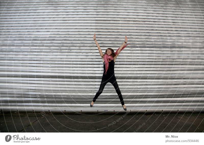 noch 1 tag bis weihnachten Lifestyle feminin 18-30 Jahre Jugendliche Erwachsene Gebäude Mode Accessoire Schal brünett langhaarig springen trendy dünn sportlich