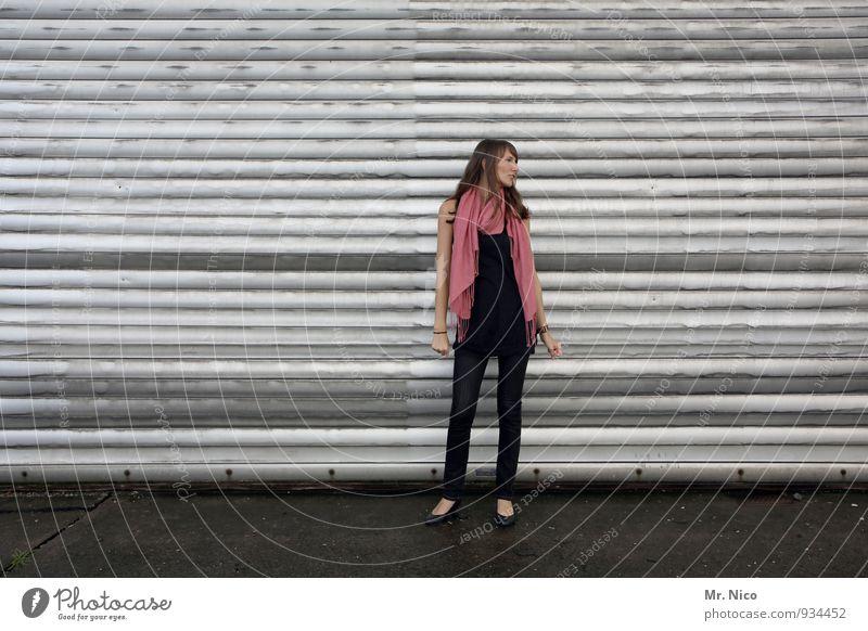 noch 9 tage bis weihnachten Lifestyle feminin 18-30 Jahre Jugendliche Erwachsene Industrieanlage Tor Gebäude Mauer Wand Fassade Mode Schal brünett langhaarig