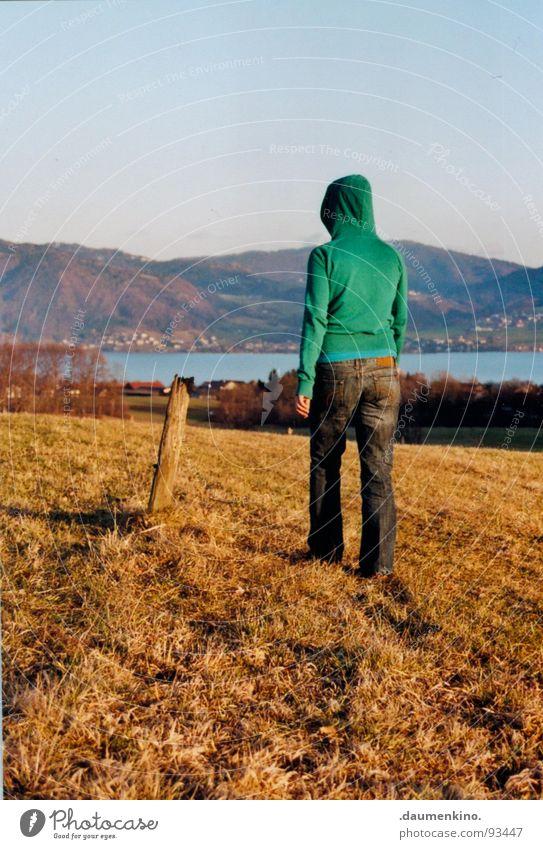 I have a dream. Wiese Gras See Hügel Attersee Baum Sträucher Hose Pullover Kapuze Kapuzenpullover Denken Herbst Trauer Gedanke verträumt träumen Dame Wasser