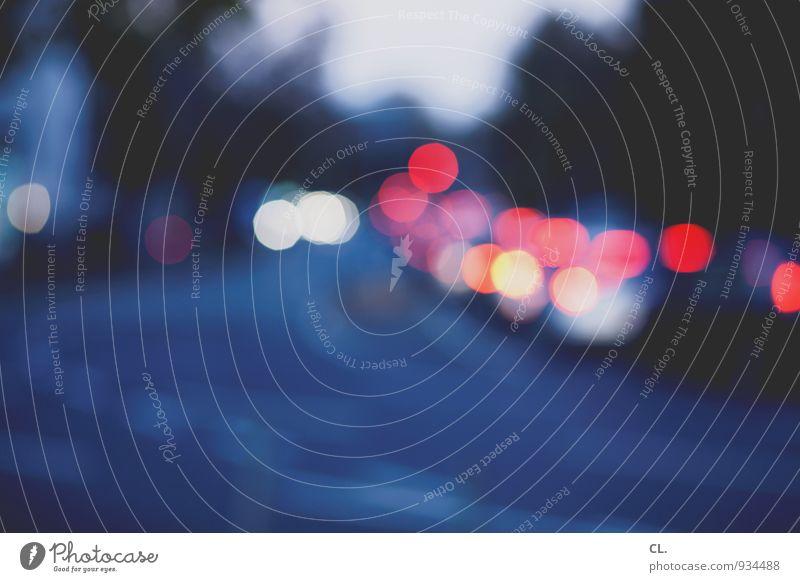 lichter Verkehr Verkehrsmittel Verkehrswege Berufsverkehr Straßenverkehr Autofahren Verkehrsstau Wege & Pfade ästhetisch blau rot Unschärfe Kreis Lichtpunkt
