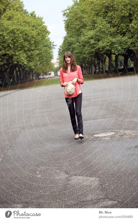hello. Mensch Jugendliche grün Baum Junge Frau 18-30 Jahre Umwelt Erwachsene feminin außergewöhnlich gehen Park Lifestyle beobachten Spaziergang dünn
