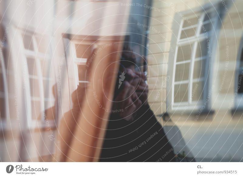 spiegelung Freizeit & Hobby Fotografieren Mensch maskulin Mann Erwachsene Leben 1 30-45 Jahre Haus Mauer Wand Fenster Fensterscheibe Fensterrahmen Vorhang