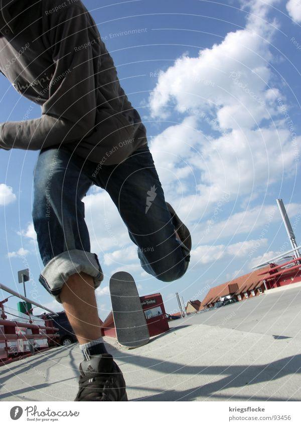 RuN Mann blau weiß Wolken Erwachsene Spielen Fuß Schuhe Platz Aktion Schönes Wetter Geländer rennen Hose Skateboarding