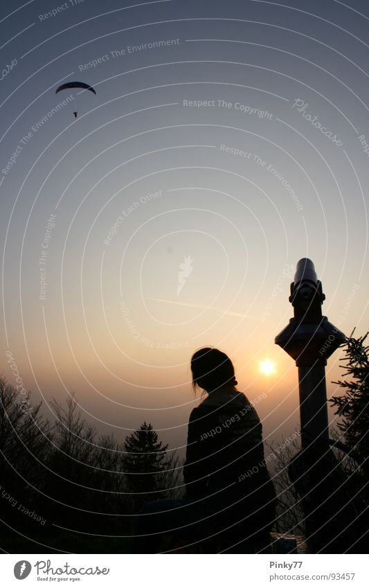 wish i could fly.. Frau Teleskop Sonnenuntergang Sehnsucht Unbeschwertheit Silhouette schwarz rot Luft gleiten Aussicht Spielen Berge u. Gebirge Himmel