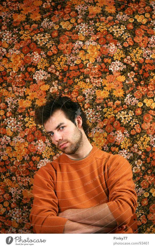 Flowers Mann attraktiv Blume Muster Pflanze mehrfarbig schwarz weiß Bart Rebell Blick skeptisch Generation unrasiert Ironie maskulin Vergänglichkeit Wohnzimmer
