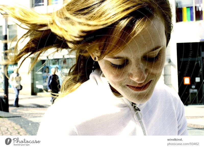 feel verweht Sommersprossen rot rothaarig Wind weiß Platz Stadt zart schön Wimpern Schüchternheit Frau bübsch Straße Gefühle bleich Sonne lachen