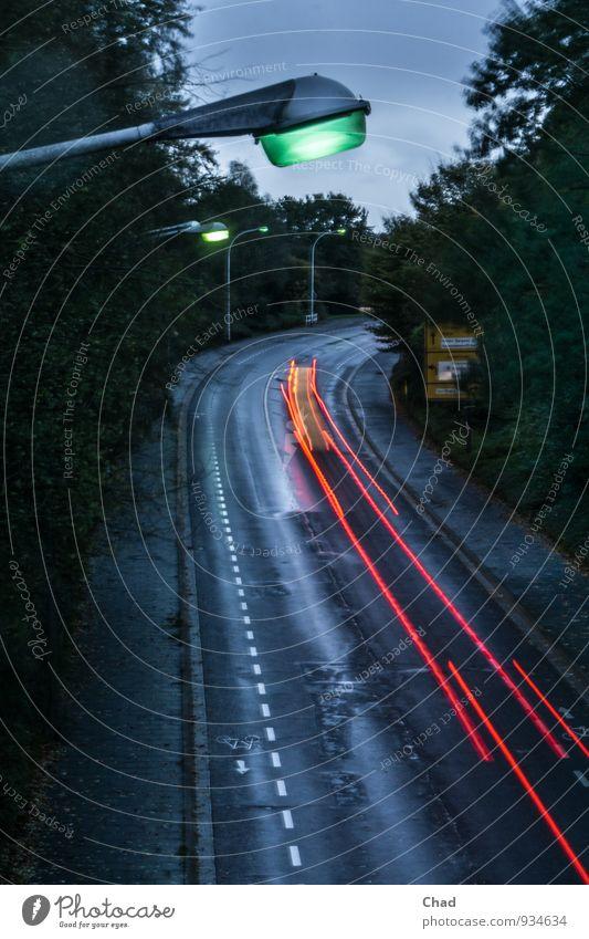 Lampen Straße blau grün rot kalt Herbst Beleuchtung Regen PKW Verkehr Geschwindigkeit nass Fahrradfahren Fußweg Straßenbeleuchtung