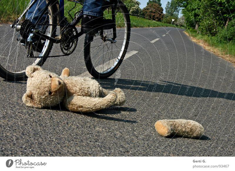 schau lustig Unfall schaulustig Erste Hilfe Verkehrsunfall Straßenmitte Fahrrad liegen Fahrradreifen Spuren Teddybär Spielzeug Stofftiere verloren Straßenrand