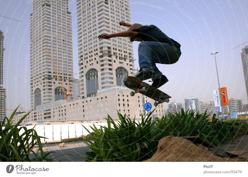 Skate Dubai 2 Stadt Pflanze springen Sand Hochhaus Medien Skateboarding Hecke Funsport Media City Dubai