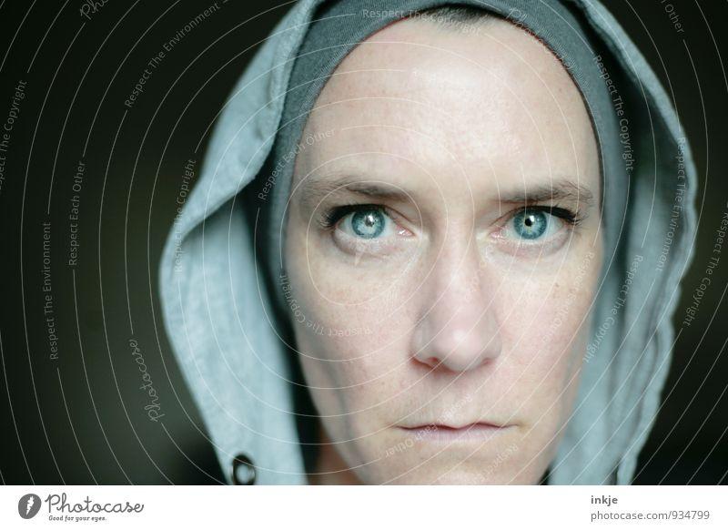 blau ist eine kalte Farbe Lifestyle Stil Frau Erwachsene Leben Gesicht 1 Mensch 30-45 Jahre Mütze Kapuze Denken Blick außergewöhnlich sportlich Gefühle