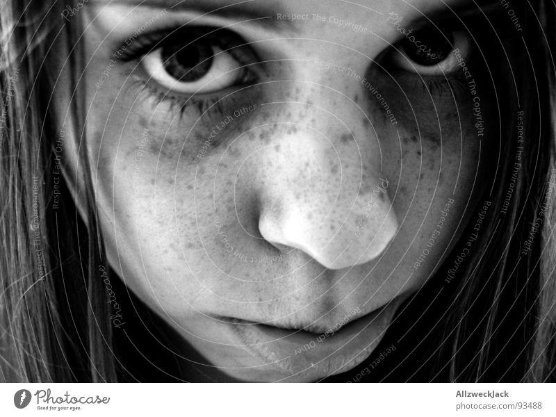 Freckles Frau Sommersprossen Porträt Mädchen dunkel süß Enttäuschung Trauer Hundeblick schwarz weiß Verzweiflung Schwarzweißfoto Gesicht Haare & Frisuren Mund