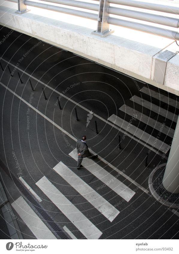 Unterwanderung (2. Teil) grau weiß Beton Teer Fußgänger schwarz Zebrastreifen Autobrücke Verkehr Sicherheit Säule Gebäude parken Parkplatz Garage Parkhaus