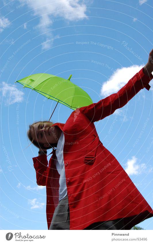 Träume, als würdest Du ewig leben Wolken Himmel grün weiß blau rot Fräulein Regenschirm grell Kumulus Freude orange Dame Kontrast Tanzen Froschperspektive