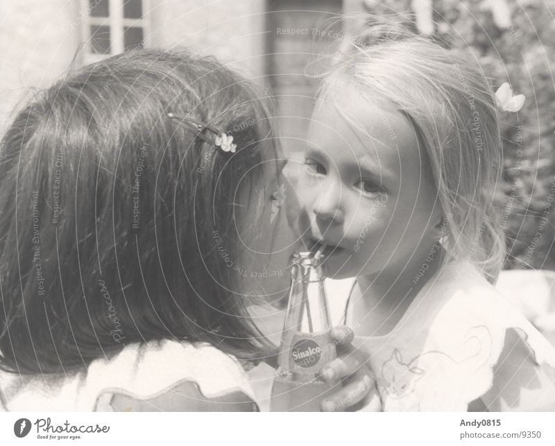 Meine Schwestern Kind trinken Mädchen Geschwister Sommer Mensch Gertänk Durst