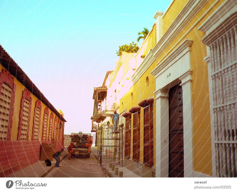 Men@Work alt Himmel Sonne blau Stadt rot Haus gelb Wand PKW Wärme Architektur Baustelle Physik Müll historisch
