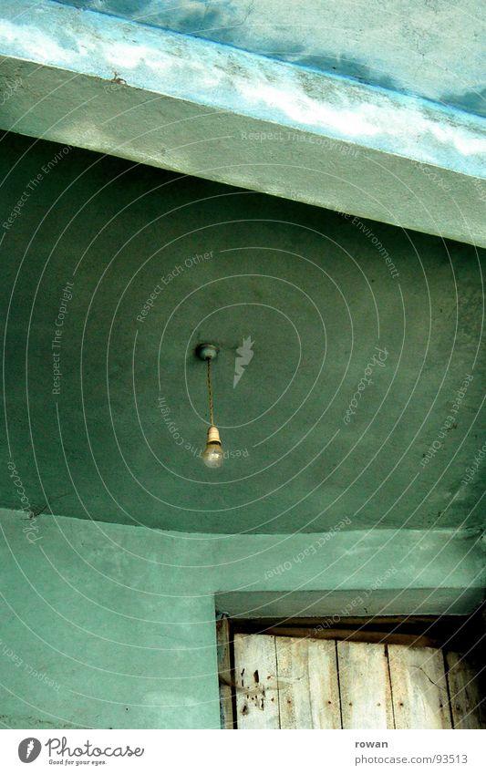 atrium Eingang Glühbirne Licht türkis grün Holztür Öffnung Detailaufnahme verfallen Vergänglichkeit Tür alt anlehnen Eingangstür