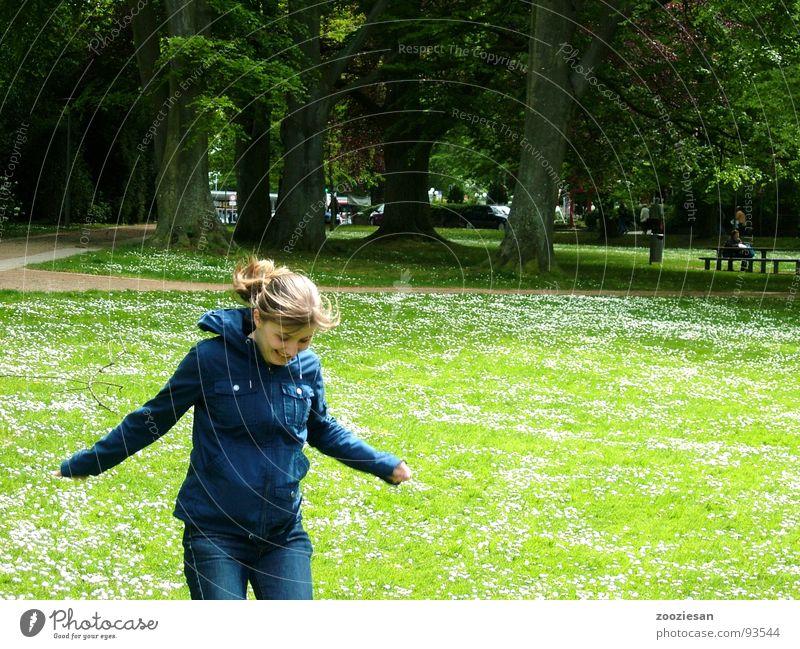 lebensfreude Frau Natur Baum Blume grün Freude Wiese springen Bewegung Frühling Glück Park Deutschland Fröhlichkeit Lebensfreude Gänseblümchen
