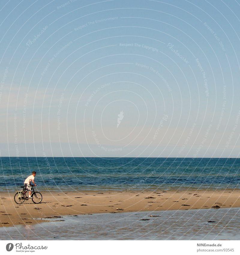 düsen ... Himmel blau Wasser weiß Meer Strand Freude Ferne Erholung Junge Sand klein Fahrrad Freizeit & Hobby Aktion Mut
