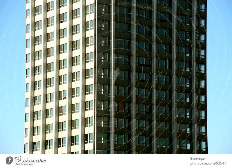 Nachmittags im Büro... Himmel blau Fenster Architektur hell Arbeit & Erwerbstätigkeit Raum Wohnung hoch Treppe Hochhaus Baustelle Etage Fahrstuhl Sessel Plattenbau