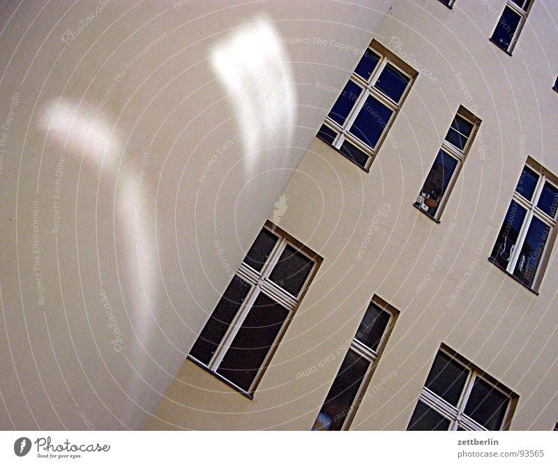 Tendenz Haus Fassade Stadthaus Mieter Vermieter Widerspruch abgelehnt Fenster Fensterfront Reflexion & Spiegelung Zufriedenheit Sehnsucht Trauer Hoffnung
