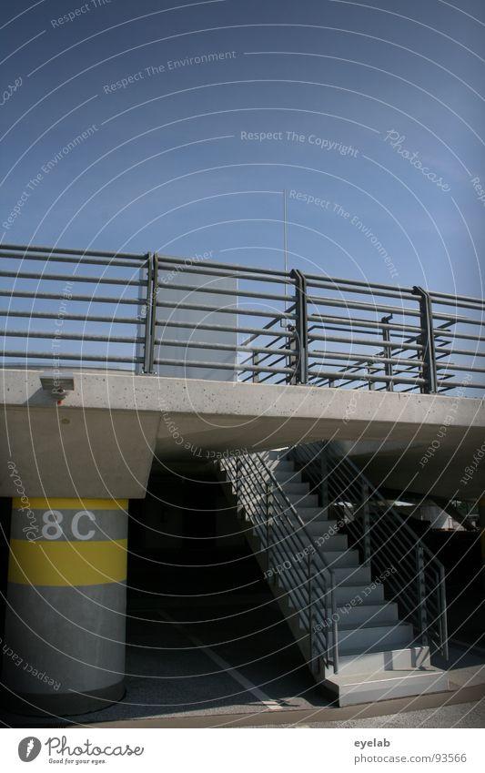 Für Analphabeten erschwertes Wiederauffinden des Kfz ! Himmel Sommer Einsamkeit Lampe grau Gebäude warten Beton frei Verkehr leer Treppe modern neu Platz trist