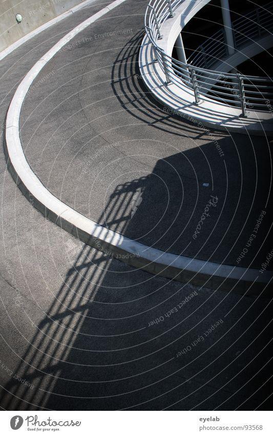Rein ins Bild und gleich wieder raus Teer Beton Wand Stahl grau Streifen Fahrbahn Fahrbahnmarkierung rund Verkehr Tiefgarage Parkhaus parken Straßenverkehr