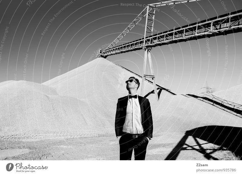 Gute Aussichten! elegant Stil maskulin Junger Mann Jugendliche 18-30 Jahre Erwachsene Industrieanlage Industriefotografie Kieswerk Mode Hemd Anzug Fliege
