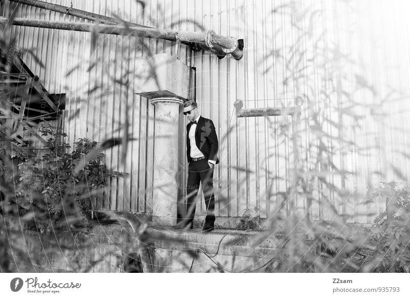 Fall2014 Lifestyle Reichtum elegant Stil maskulin Junger Mann Jugendliche 30-45 Jahre Erwachsene Sträucher Industrieanlage Kieswerk Mode Hemd Anzug Fliege