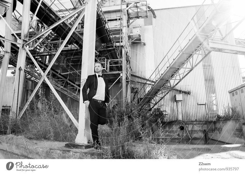 Mr. F Reichtum elegant Stil maskulin Junger Mann Jugendliche 30-45 Jahre Erwachsene Bauwerk Industrieanlage Kieswerk industriell Mode Hemd Anzug Fliege blond