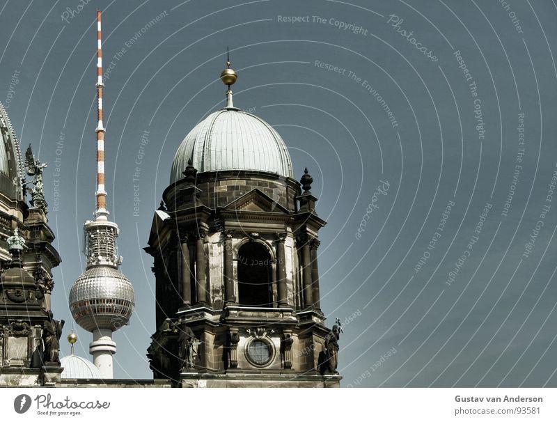 Himmelblau Himmel weiß grün blau rot Wolken dunkel Berlin Stein Religion & Glaube Metall Beton Platz Dach Turm Kugel