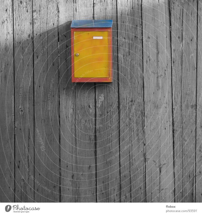 Designer Briefkasten II alt blau rot Haus Einsamkeit gelb Wand Holz Stein Armut Sicherheit Kommunizieren Zeitung schreiben Medien Postkarte