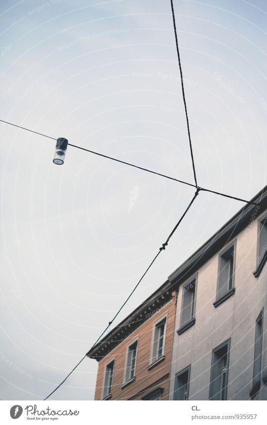 hochgucken Himmel Stadt Wolken Haus Umwelt Fenster Wand Architektur Gebäude Mauer Lampe Fassade Häusliches Leben trist Kabel Straßenbeleuchtung