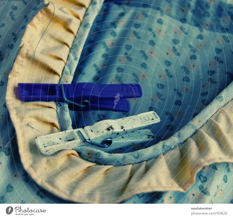 Klammerbeutel Wäscheklammern Kleid Sauberkeit dreckig Waschmaschine Wäscheleine gelb violett weiß Blume Cross Processing Kragen klein schön blau Herz