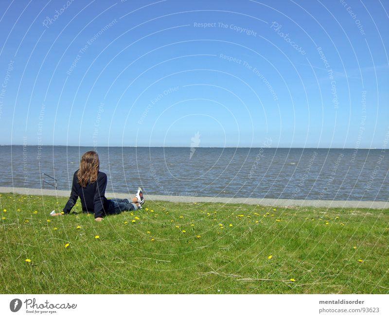 sehnsucht Frau Wasser Meer grün blau Ferne Erholung Gefühle Gras Sand Suche Horizont sitzen Rasen Freizeit & Hobby Sehnsucht