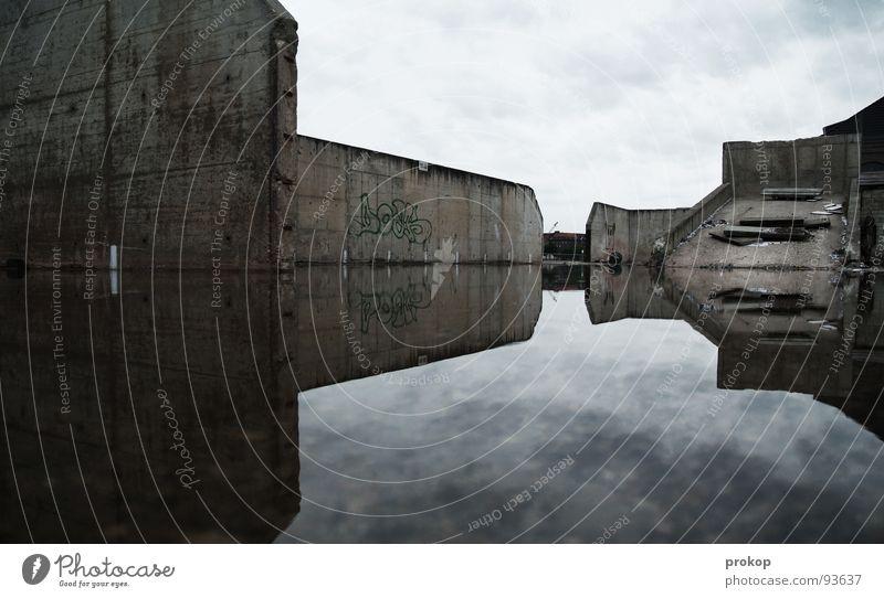 Sowohl als auch Morgen Trauer Spiegel Beton Reflexion & Spiegelung Geometrie schlechtes Wetter sinnlos dumm schäbig Mathematik diagonal Wasserschaden