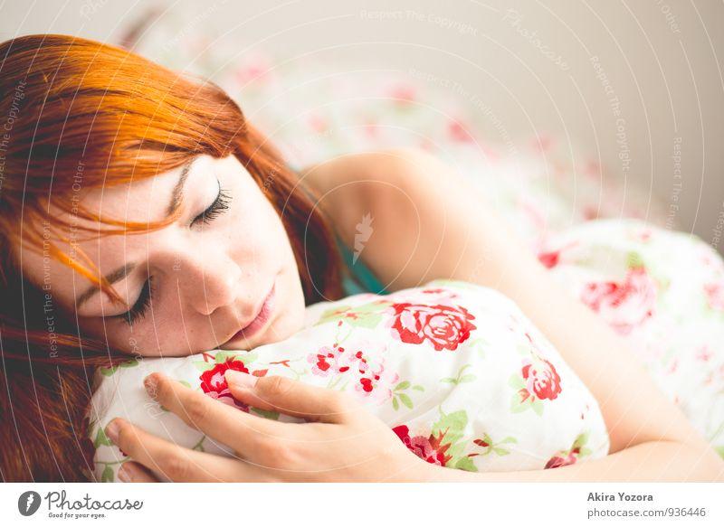 In Dreams Erholung Bett feminin Junge Frau Jugendliche Gesicht 1 Mensch 18-30 Jahre Erwachsene rothaarig berühren festhalten liegen schlafen träumen grau grün