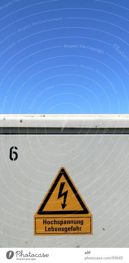 ACHTUNG Himmel Elektrizität gefährlich Respekt Warnhinweis