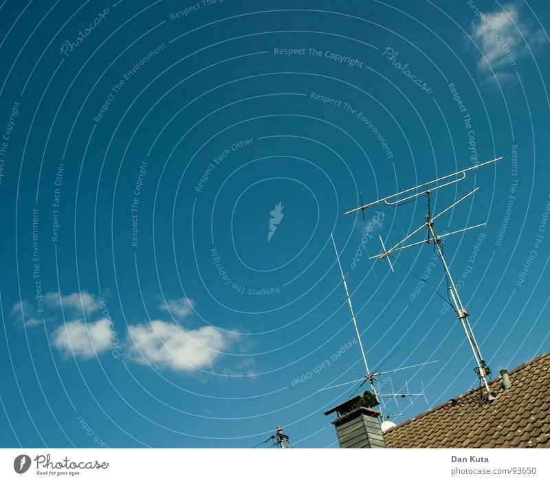 Die Funk-Füchse Himmel blau Wolken Dach Fernsehen Backstein Radio Schönes Wetter Schornstein Antenne Verlauf Kumulus Funktechnik ARD ZDF