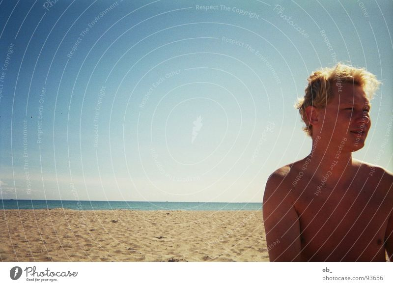 kindergarten Strand Mann Kerl strahlend Sommer Sand Einsamkeit Himmel blau Schönes Wetter